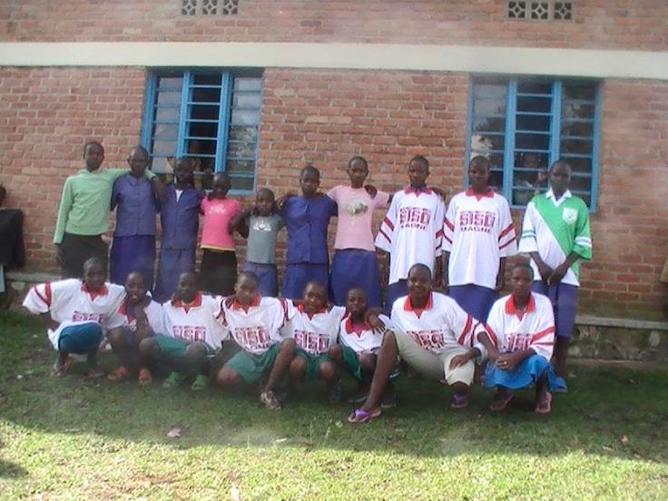 La deuxième équipe de football fière dans ses beaux maillots offerts par le Club Sportif de la Venise Verte