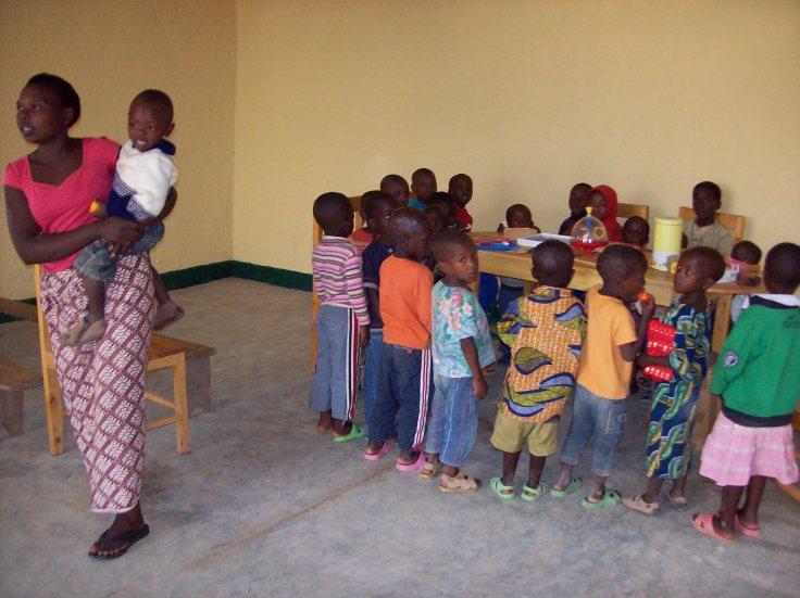 Pendant ce temps, les enfants de Bwira jouaient pour la première fois dans le bâtiment François maintenant terminé!