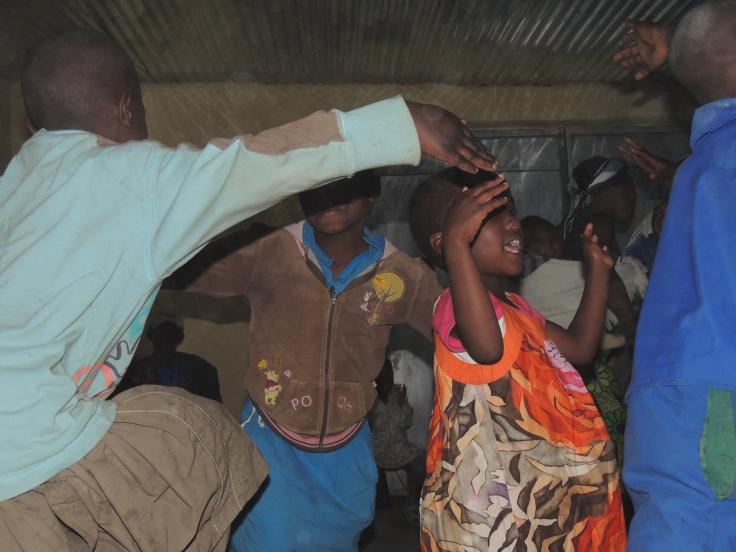 Note : ce soir-là, nous avons tous déposé les appareils photos pour danser! C'était la fête des hommes ,car ce sont les hommes d'Abihuje qui en avaient eu l'initiative. Nous devrions dire plutôt : c'était la fête des familles!