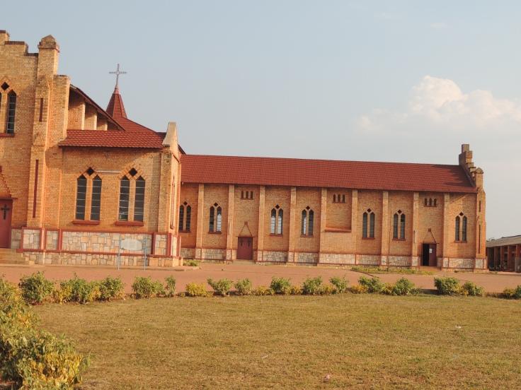 """Nous lisons sur une plaque : """"La cathédrale de Butare, cadeau du Roi Albert et de la Reine Astrida a été construite entre 1936 et 1937... Cette cathédrale est la plus grande du Rwanda..."""""""