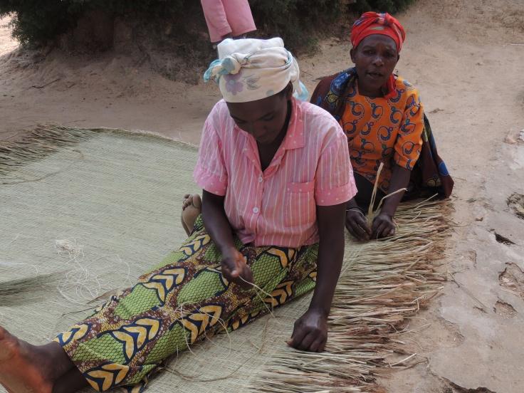 Les nattes serviront de tapis sur le sol en terre battue, pour poser le matelas, elles peuvent aussi servir de linceul pour les plus pauvres, …