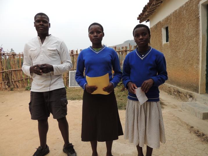 Les enfants parrainés nous apportent bulletins et courriers pour les parrains. Ici, Diogène, Drocelle et Dancille.