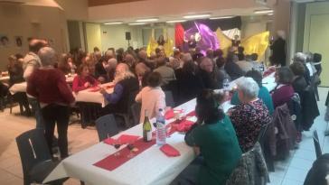 """à partir de 19h le repas palestinien rassemblait 100 convives à la salle de Goise. Nous avons pu savourer la cuisine palestinienne en assistant aux danses orientales de la troupe """"Azoukah""""."""