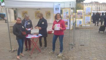 Le matin, tenue du stand au marché de Niort. Nous y avons fait beaucoup de rencontres avec les personnes venant nous interroger sur le Festival et à qui nous donnions notre programme.